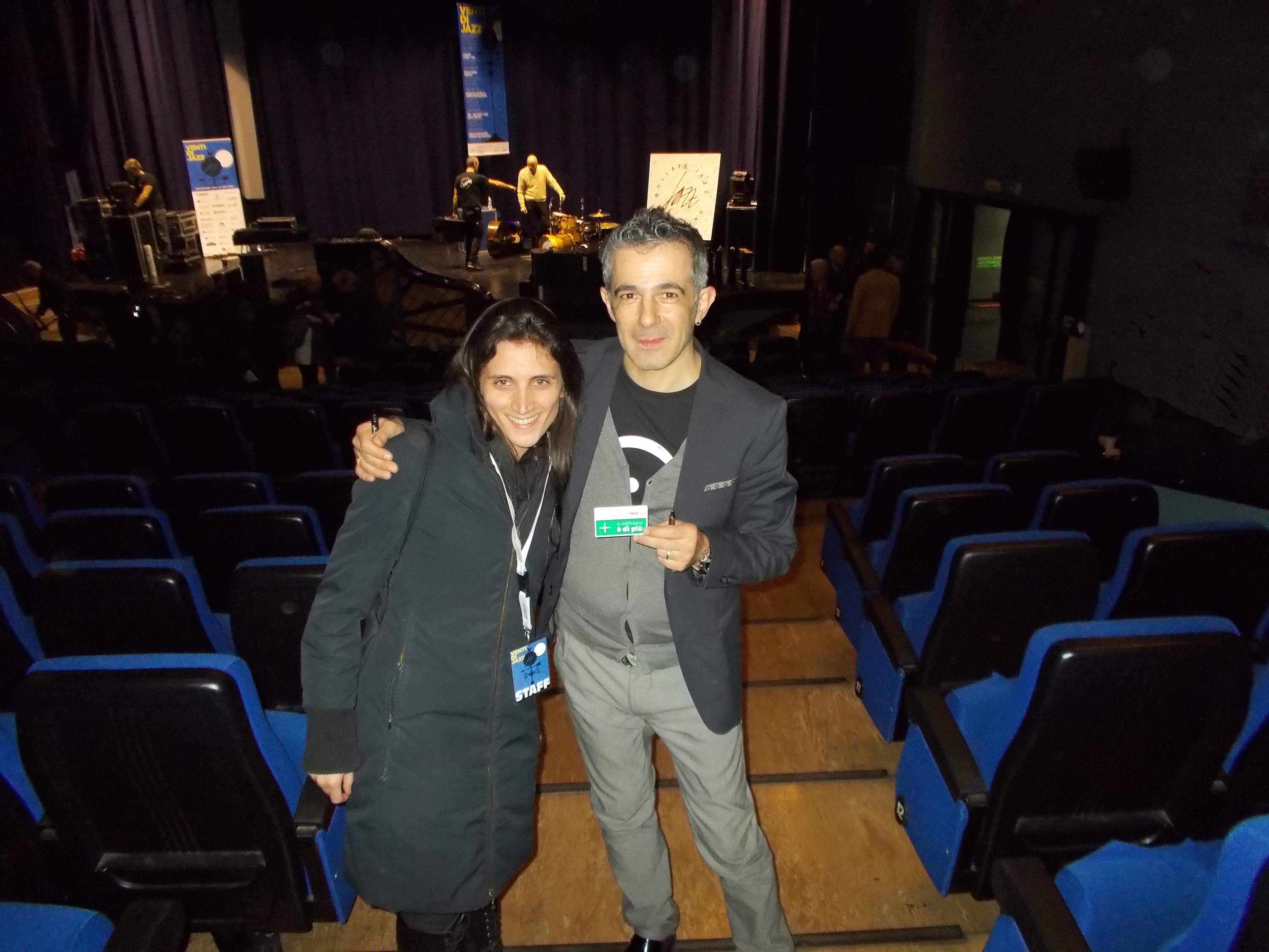 Paolo Fresu in posa insieme alla bibliotecaria Sonia